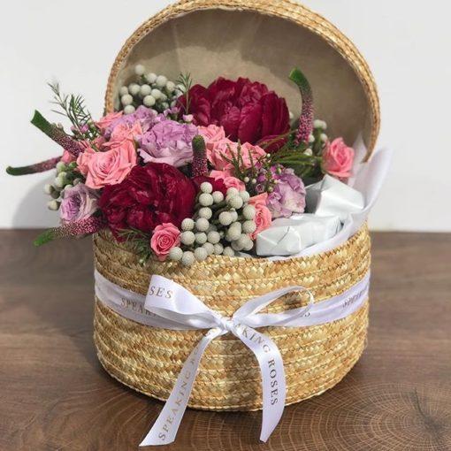 Bote de mimbre con rosas y claveles