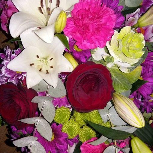 Arreglo con Lilys claveles y Rosas