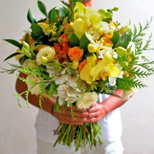 Ramo con orquídeas claveles y rosas