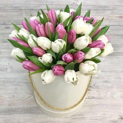 bote con tulipanes